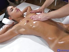 Coxcomb helps dour to orgasm with a passionate massage